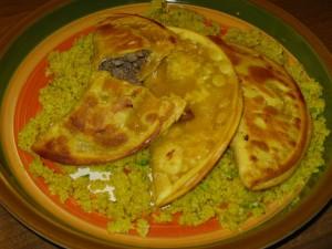 فطائر مكسيكية محشوة بنقانق إيطالية ومقدمة مع كسكس مغربي - الصورة لمستخدم فليكر Matt، منشورة تحت رخصة المشاع الإبداعي