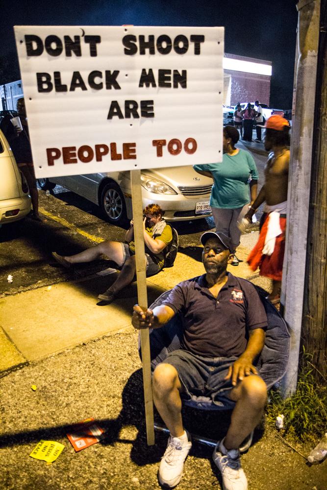 """""""لا تطلق النار، فالسود بشر أيضاً""""، شعار آخر حمله المحتجون في فيرغسون. الصورة كسالفتها لراديو الشباب مأخوذة من فليكر ومنشورة تحت رخصة المشاع الإبداعي."""