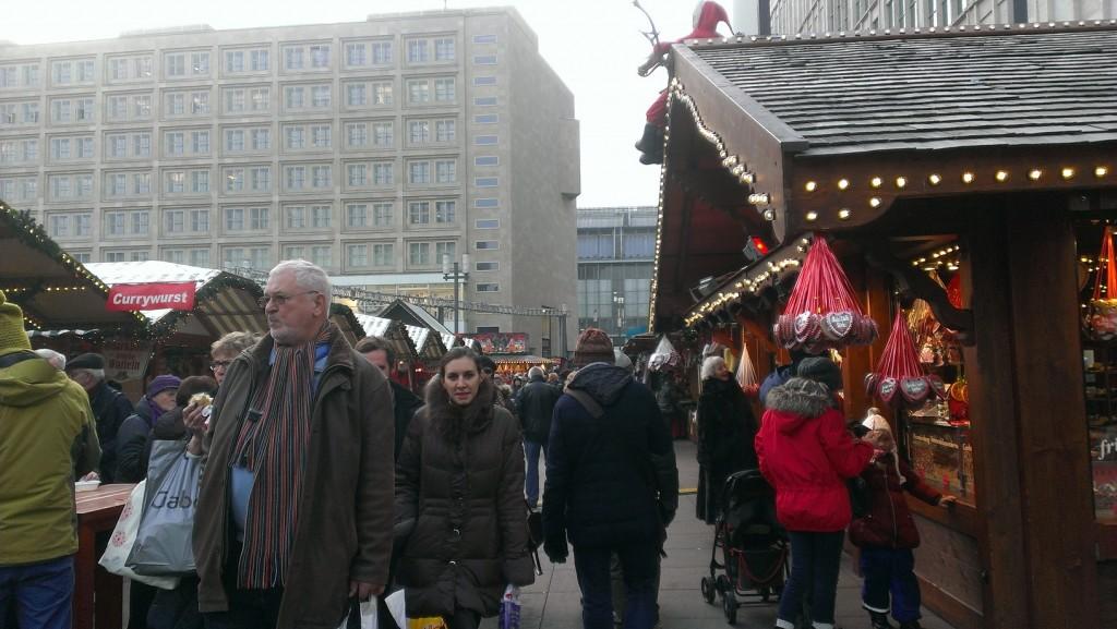 أجواء برلين الميلادية والسوق يعجّ بالناس وهذا ليس واحد من مئات الأسواق الميلادية في أحياء العاصمة الألمانية
