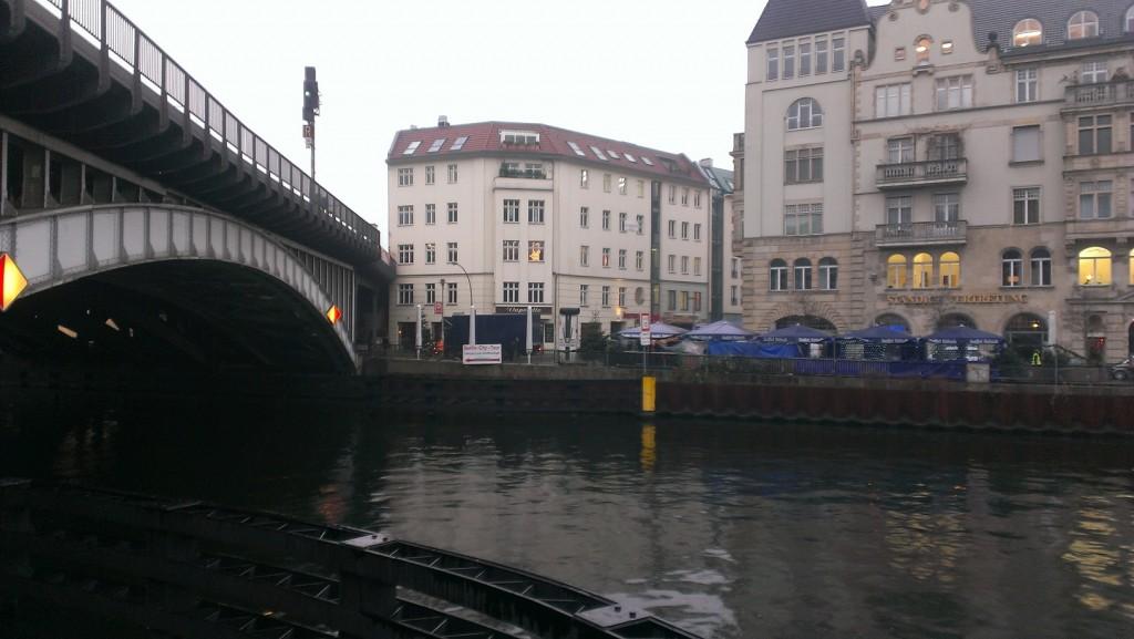 أحد الجسور العديدة في برلين فوق أحد الأنهر التي لا تقلّ عدداً