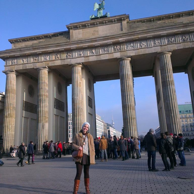 يوابة براندبرغ الشهيرة التي تفصل بين برلين الشرقية وبرلين الغربية